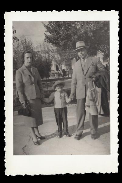 Ο Θ.Π. Ζαφειρίου με τους γονείς του.
